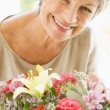 donna con fiori sorridenti — Foto Stock