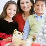 madre con il figlio e la figlia tenendo i regali di Natale — Foto Stock