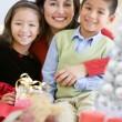 madre con la figlia e il figlio tenendo i regali di Natale — Foto Stock