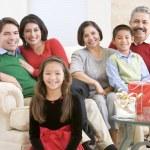 Sehpa ve Noel hediyeleri oturan aile — Stok fotoğraf