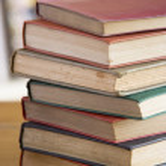 Стопка книг на столе — Стоковое фото