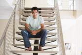 Człowiek siedzi na schody — Zdjęcie stockowe