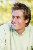 Homme souriant à l'extérieur — Photo