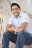 Uomo seduto sulla scalinata sorridente — Foto Stock