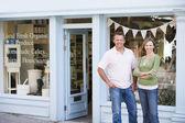 Casal dançando na frente de loja de alimentos orgânicos sorrindo — Foto Stock