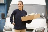 Deliveryperson stojící s van s schránky a box — Stock fotografie