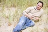 Man die achterover te leunen op strand — Stockfoto