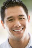 Tiro na cabeça do homem sorrindo — Foto Stock
