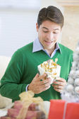 Man opgewonden om te openen kerstcadeau — Stockfoto