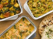 выбор индийских отнять блюда в контейнеры алюминиевой фольги — Стоковое фото