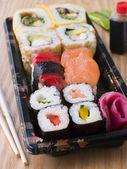 Kant-en klaarmaaltijden om sushi lade — Stockfoto