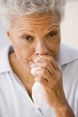 Kobieta dmuchanie nosem — Zdjęcie stockowe