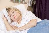 Senior mujer acostada en la cama de hospital — Foto de Stock
