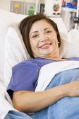 Femme senior souriant, couché dans son lit d'hôpital — Photo