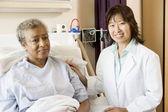 Médico falando com o paciente — Foto Stock