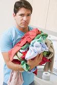 çamaşırhane yapıyor adam üzgün — Stok fotoğraf