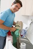 Machine à laver chargement homme — Photo
