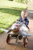 Jonge jongen buiten spelen in het vliegtuig glimlachen — Stockfoto