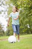 Futbol oynayan genç kız — Stok fotoğraf
