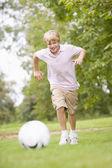 Niño jugando al fútbol — Foto de Stock