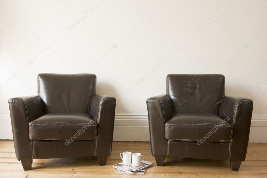 Two chairs with coffee mug and magazines between them — Stock Photo #4770096