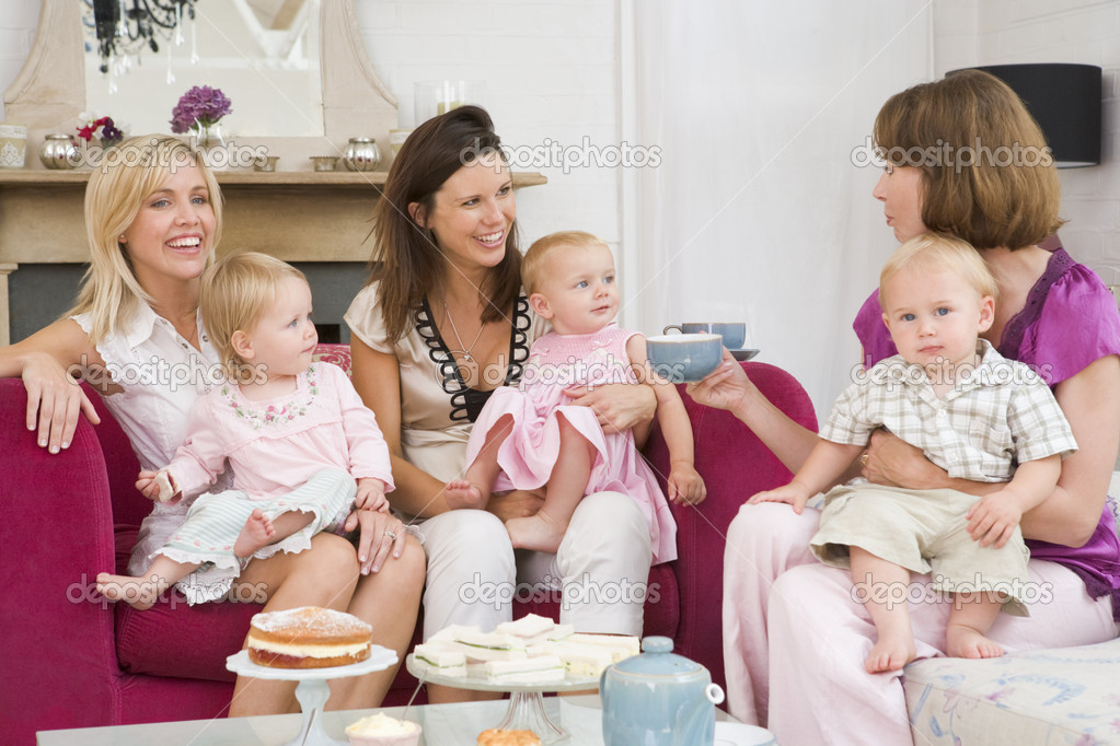 Three mothers in living room with babies and coffee smiling — Stock Photo #4770583