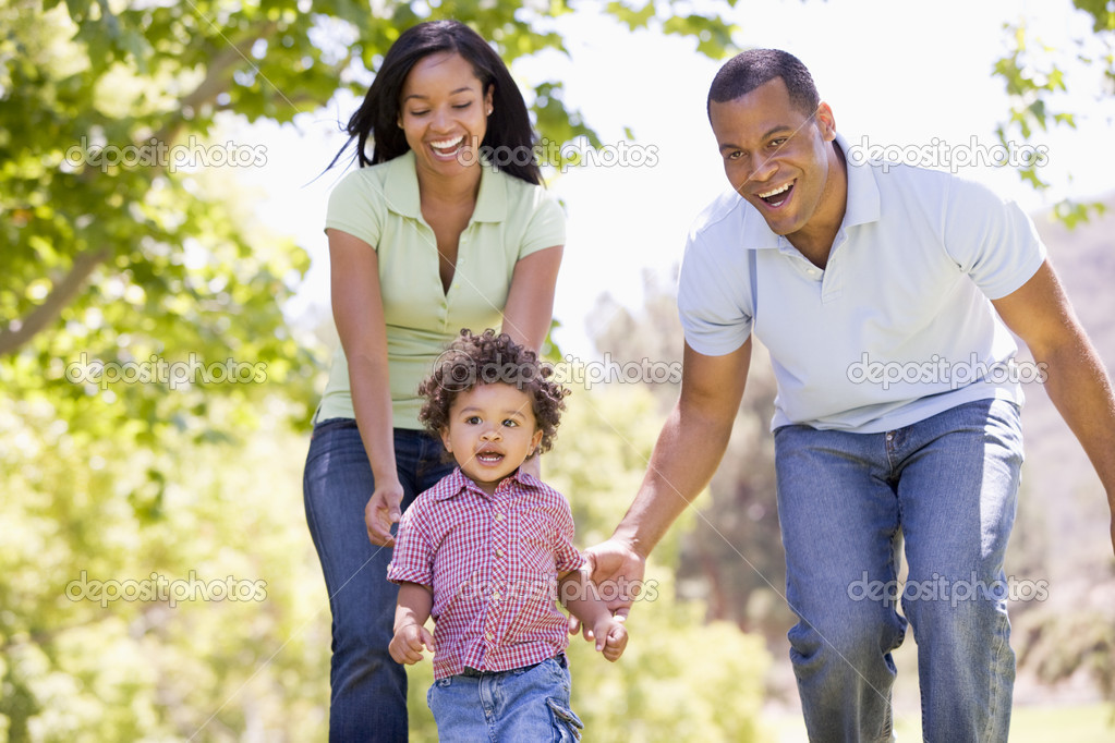 Family running outdoors smiling — Stock Photo #4770740