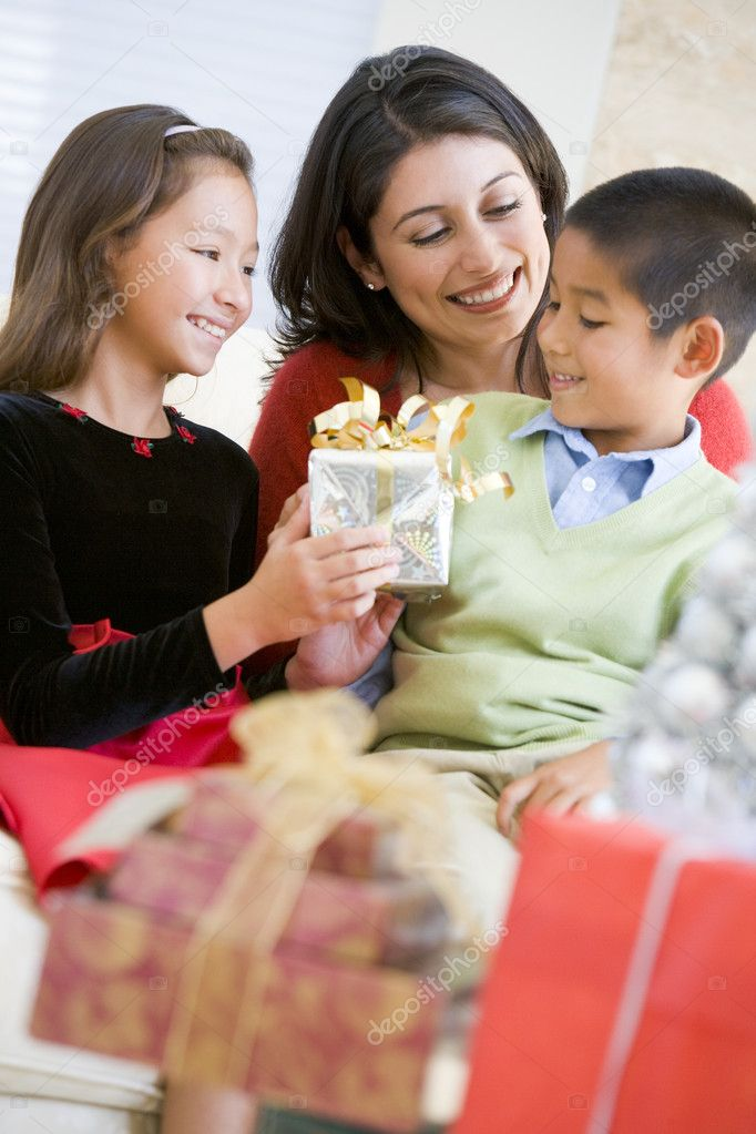 Mother Sitting With Her Son And Daughter,Exchanging Christmas Gi — Foto Stock #4778313