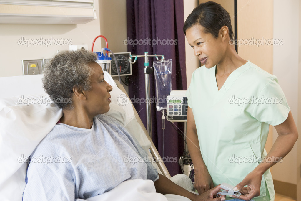 Nurse Talking To Senior Woman — Stock Photo #4779738