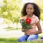 joven ramo de flores y sonriendo — Foto de Stock