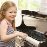 Молодая девушка играть фортепиано — Стоковое фото