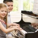 Брат и сестра, игры фортепиано — Стоковое фото