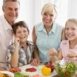 grootouders en kleinkinderen bereiden een maaltijd, maaltijd samen — Stockfoto