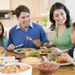 rodina těší jídla, jídla dohromady — Stock fotografie