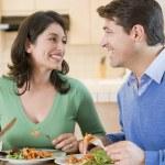 repas bénéficiant de couple, repas ensemble — Photo