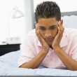 ベッドに横になっている 10 代の少年 — ストック写真 #4782110