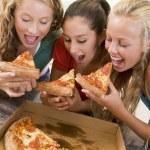 tonårsflickor äta pizza — Stockfoto