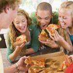 groep tieners eten van pizza — Stockfoto
