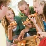 grupp tonåringar äter pizza — Stockfoto