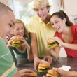 Foto Stock: Teenagers Eating Burgers