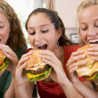 weibliche teenager essen burger — Stockfoto
