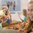 teenager hanging out an fernseher essen pizza — Stockfoto