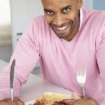 uomo invecchiato centrale mangiare colazione fritta malsana — Foto Stock