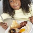 giovane ragazza mangiando colazione malsana — Foto Stock