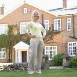 Senior mujer parada fuera de casa — Foto de Stock