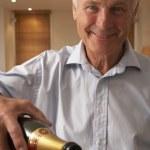 hombre que vierte un vaso de champán — Foto de Stock