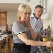 Couple Having Difficulty Cooking For A Dinner Party - Foto Stock