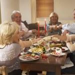 amis tirant des diablotins à un repas de fête — Photo