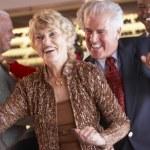 par dansa tillsammans på en nattklubb — Stockfoto