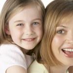 moeder en dochter glimlachen — Stockfoto
